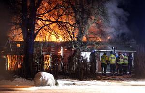 När räddningstjänsten anlände till brandplatsen var uthuset övertänt.