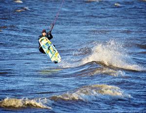 I det iskalla vattnet, i den kraftiga vinden och med tre plusgrader i luften kitesurfade David Erkelius.