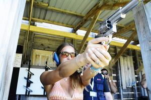 Årebon Stina Wedin hade inga problem med att hantera klassiska Dirty Harry-revolvern 44 Magnum (långpipig version).