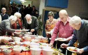"""Gästerna kunde välja och vraka bland massor av läckerheter på det synnerligen välfyllda julbordet. """"Otroligt bra initiativ"""", sade en av pensionärerna. Foto: Dennis Pettersson/DT"""