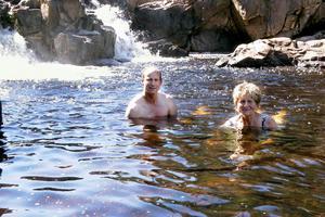 Mikael Abrahamsson och Annette Gustavsson från Askersund är på sommarbesök i Alfta. De brukar också gå ner och ta ett sent kvällsdopp bland klipporna och det forsande vattnet, berättar de.