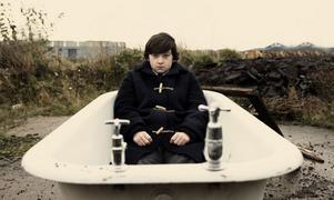 """Tonårsplågor. 15-årige Oliver (Craig Roberts) försöker hålla huvudet över vattenytan i """"Submarine"""". Foto: Nonstop Entertainmen"""