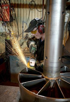 Mjuka former. Mikael Wilhelmsson finslipar turbindetaljerna så att man kan ta ut maximalt med vattenkraft.