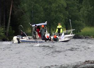 En av de deltagande båtarna fick ett kast och två av besättningsmän föll i vattnet. På bilden räddas de av Lars Haraldsson och Stig Hägglund i en konkurrerande båt.