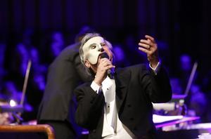 Mikael Samuelson gjorde entré i den vita mask som han bar under sex framgångsrika år i rollen som Fantomen på operan.