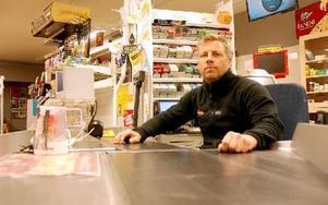 Jonas Svensson i sin butik i Garpenberg. I nästan sju år har han drivit butiken men nu är det slut. Foto: Jan Björkegren/DT