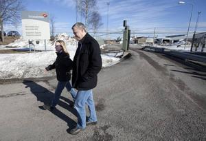 Trädoft i luften och timmer i travar, men nu tar Stora Enso ner skylten i Norrsundet och lägger ner även sågverket. För Margareta Andersson och Peter Säll kom beskedet att de förlorar jobbet som en överraskning.