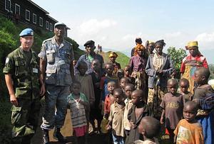 PÅ FN-UPPDRAG I KONGO. Gävlebon Lars-Erik Agebro (till vänster) och en FN-kollega besökte en flyktingförläggning strax utanför byn Masisi i östra Kongo. Lars-Erik räknar med att stanna i landet till november 2009.  Foto: Privat