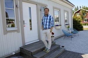Hemma. Andreas Brorsson trivs bra i huset i Skogstorp och umgås gärna med vänner, grannar och familj på sin fritid. Men han jobbar mycket, både som fastighetsmäklare i eget företag och med politiska uppdrag. Foto: Veronica Svensson