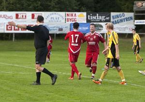 Christian Törnros gratuleras av Adil Ugur efter sitt andra mål.