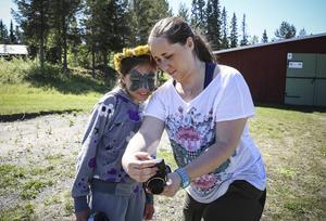 Karin Tagesson och Hedda Gulliksson i årskurs 8 har gjort blomkransar. Ahmed har också fått en.