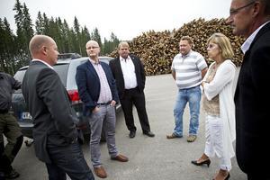 Ingemar Frej, regionchef på Trafikverket, Roland Bäckman, kommunalråd (S), åkerientreprenören Lars Wallberg och landshövding Barbro Holmberg diskuterade förutsättningarna för en timmeromlastningsterminal i Bränta.