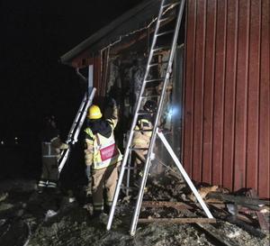 Det brann i ladugårdens fasad när räddningstjänsten kom fram till platsen. Vid 01.15-tiden på natten var elden släckt.