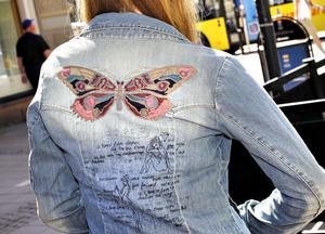 Jeansjackan från Odd Molly har en broderad fjäril på ryggen. Finns på Sivi Shop.