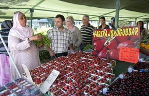 Frukthandlaren Murat Oltac hjälper Sophia Sicid att hitta det hon vill ha.