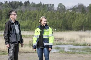 Flödet av vatten genom våtmarken har betydelse för reningseffekten. Tony Persson från Tony Persson från Ljusnan-Voxnans vattenvårdsförbund och Amanda Steen, VA-ingenjör för Söderhamn Nära mäter genomströmningen.