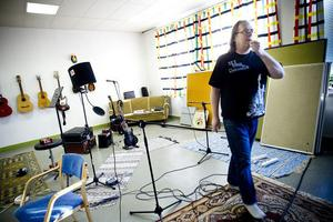 Sin egen musikstudio är Åke Hedman på väg att bygga upp i före detta Brattberga skola.
