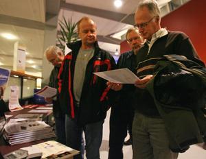 Bo Westling, Hans Berggren och Kurt Halvarsson studerar energisparande utrustning.