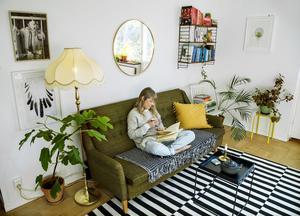 Ska du investera i en nyproducerad soffa rekommenderar inredningsarkitekten Lina Lindbladh ett tidlöst val av design och färg samt ett material av god kvalitet. Eller så gör du som hon och satsar på en second hand-soffa i färg. Men välj då en kulör som du har tyckt om länge och inte tröttnar på så lätt.