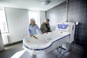 Lotta Linderdahl, Verksamhetschef på Attendo Pukslagarvägen visar det höj och sänk bara karet för Anna-Lotta Hellman, Omvårdnadsnämnden.