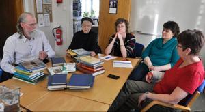 Fjällsjö Framtid har sedan november 2012 fört en dialog med Strömsunds kommun om planerna med Backe bibliotek och om ett eventuellt kulturhus där biblioteket ska ingå. Trots det har bibliotekets personal redan börjat rensa ut en mängd böcker, böcker som sedan säljs eller fraktas till avfallsstationen i Lia för att brännas.