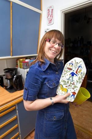 Praktiskt och vackert. I kökets höga skåp ryms det mesta. Anna Sandberg pryder gärna väggarna med sina keramikfynd. En del av charmen med föremål från 1950-1960-tal är att de både är funktionella och fina.
