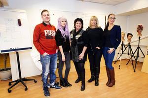 Fyra kvinnliga företagare med Ö-viksanknytning samarbetar kring frisyr-, musik- och modeshow på lördag. Från vänster musikmakarna Markus Bilic och Mia Lång, Ann Pettersson från Ann Pettersson Hairdesignschool, Petra Granström, ägare av O´learys och Anna-Therése Eivindsdotter, koreograf.
