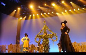 En scen där häxan, Ellinore Holmer, upprörs över det midsommarfirande häxpraktikanten, Lotta Danielsson, fixat. Midsommarstången gestaltas av dansaren och koreografen Martin Redhe Nord.