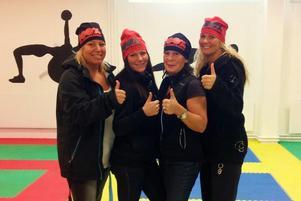 Rafna Gym gör tummen upp för styrka. Från vänster: Linda Söderlind, Emilie Häggblom, AnnaKarin Häggblom och Camilla Siden.