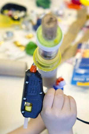 Ett konstverk på väg. Limpistolen är ett flitigt använt verktyg för konstnärerna.
