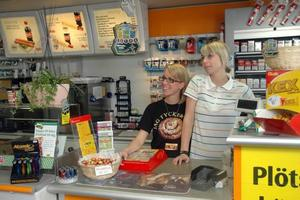 SYSTRAR BAKOM DISKEN. Therese och Caroline Svensson jobbar heltid i macken. Båda gillar att serva kunder och Caroline är den som också fixar att ge praktisk hjälp.