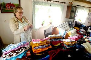 I väntan på nya kunder passade Solbritt Ökvist från Örebro på att fylla på lagret. I år var tredje året som hon fanns på plats med sina vävda mattor och stickade tröjor.