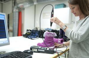 Sofi Hörndahl på Swerea testar hur bra vinterkängorna håller värmen.