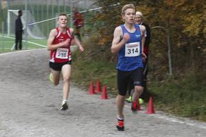 16 december 2015. Jesper Persson från Sveg fick ta emot kommunens idrottstipendium för sina insatser i löp- och längdspåret. Han tog flera individiuella medaljer i USM i längd och vann både Lidingöloppet och terräng-SM i löpning, här från spurten i terräng-SM. Idrottspriset gick till Tauno Haapamaa, huvudtränare i Härjedalens simklubb, för sitt arbete med klubben unga talanger som tagit flera medaljer och hör till de bästa i Norrland i sin åldersklass.