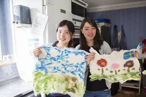 Systrarna Yuka Maeda och Yuko Koike är från Japan, studerar i USA och är nu i Hälsingland för att arbeta under sommaren. Snacka om världsvana.