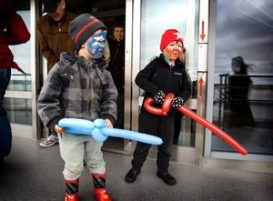 Action! Loke och Mio - alias trollkarlen och Spindelmannen med var sitt ballongsvärd.