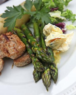 Låt sparrisen hänga med på grillen. Den blir ett fantastiskt tillbehör till fläskfilé, rört gräslökssmör och kokt potatis.