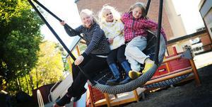 Nathalie Koontz, Julia Nilsson och Stina Celander gungar i den stora, runda gungan. Nathalie trivs på Stenbergaskolan: - Det finns väldigt mycket att göra här, säger hon. Men Stina tycker att det är bråkigt på skolan.