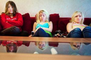 Rebecca Sellbom, Malin Sellbom och Carina Dahl tycker det är tråkigt att de inte får ha studsmattan uppe längre.