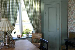 Slagbord, gamla stolar, ett gediget hörnskåp, och, förstås, en rogivande utsikt...