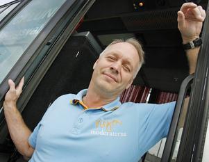 Oppositionsrådet Jan-Olof Andersson (M) vill införa Lov och lägga ut äldreomsorgen på entreprenad.   – Det ger äldre valfrihet och skapar nya jobb i kommunen, anser han.
