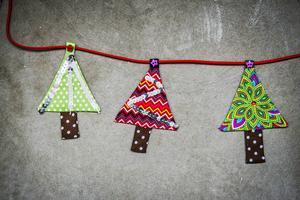 Vem blir inte glad av färgglada julgranar på rad?