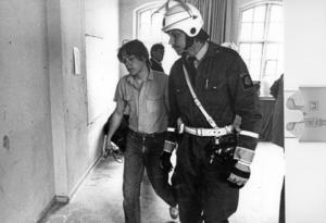 Väckt av kravallpolisen. I maj 1982 var ockupationen över. Sex ungdomar togs på sängen av polis och leddes ut.Foto: Lasse Höglund