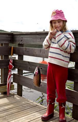 Elina Colin gläds åt fiskelyckan.