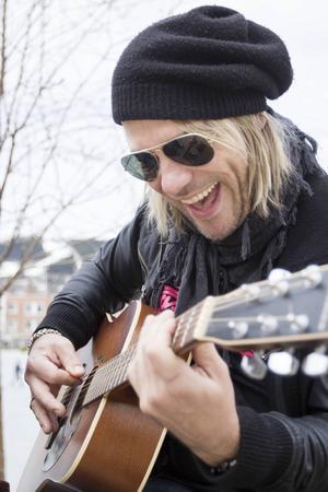 Trummis till vardags, men Björn Höglund spelar också gitarr om det behövs