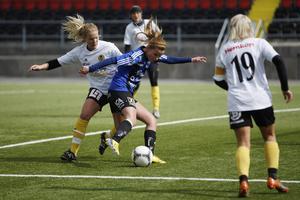 ÖDFF:s Matilda Johansson försöker dribbla sig fram till en målchans i en mållös andra halvlek.