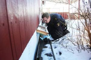 Polisen fann att ett fönster till källaren var uppbrutet.