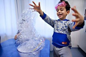 WOW! Ali Houssein på Skräddargården blir fascinerad över bubblet när han gör ett naturvetenskapligt experiment.