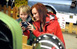 Systrarna Erica Johansson och Mikaela Johansson från Ljusdal fotograferar snygga bilar.
