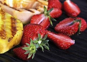 Jordgubbar kan, liksom många andra fasta frukter, grillas före servering.
